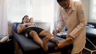 Fisioterapeuta Edson Santiago aplicando terapia combinada em um paciente