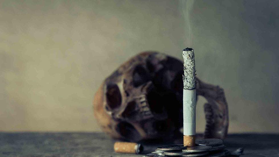 Cigarro com caveira ao fundo, representando mortalidade do fumo