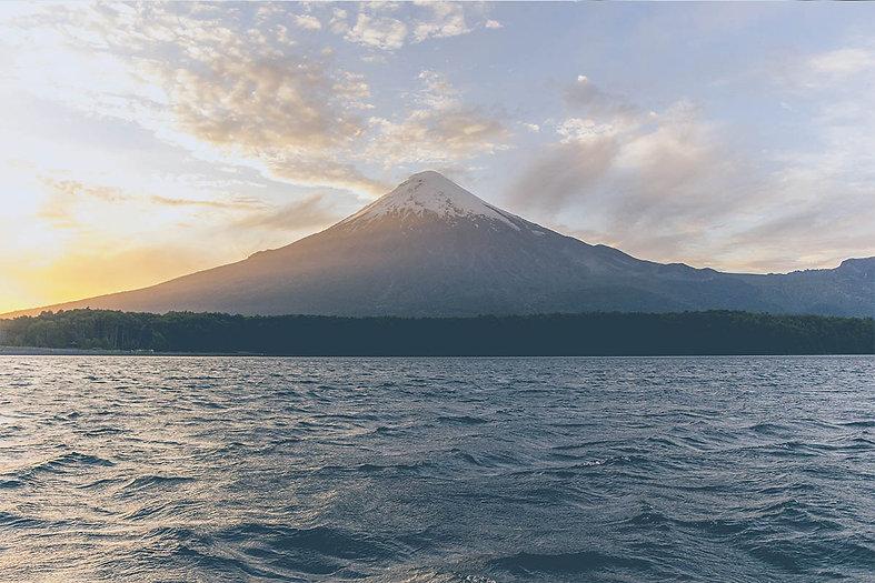 Vulcão inativo visto do mar