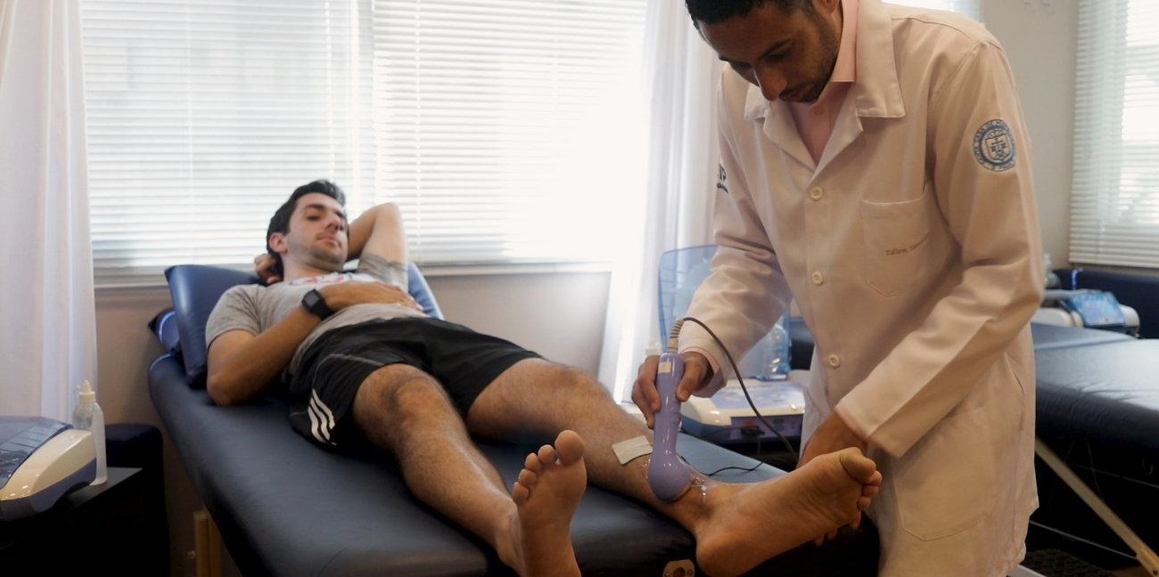 Fisioterapeuta tratando paciente em clinica na paulista