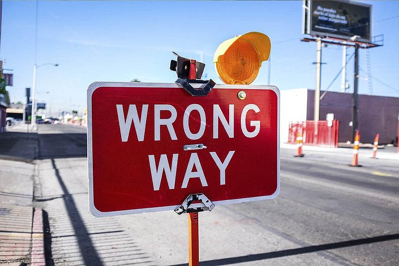 Placa indicando caminho errado