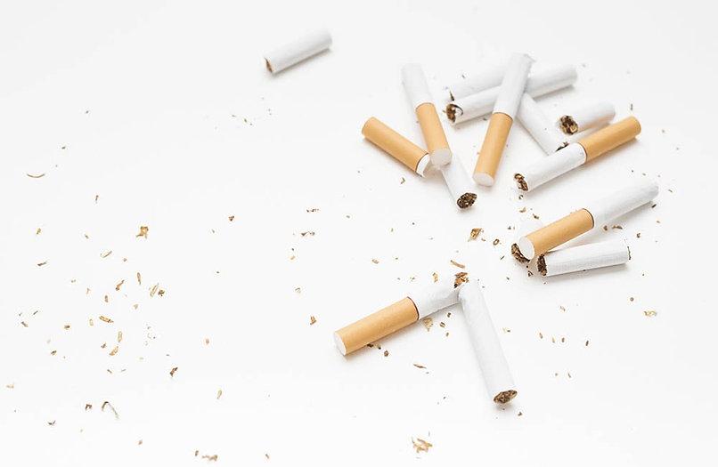 Cigarros cortados ao meio