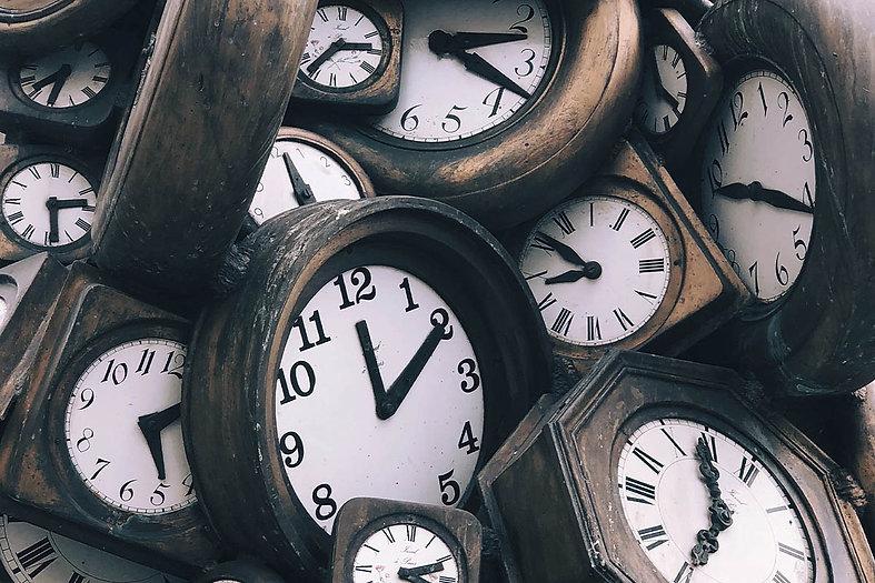 relógios empilhados representando o tempo