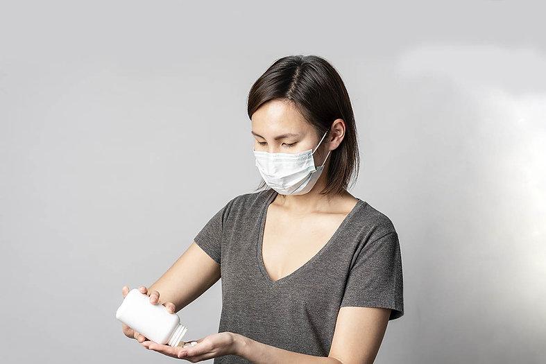 Mulher usando máscara para se proteger do Covid-19