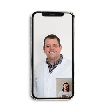Fisioterapeuta Diego Galace conversando com paciênte por por vídeo chamada, representando a medicina