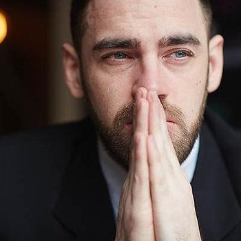 homem em um terno chorando