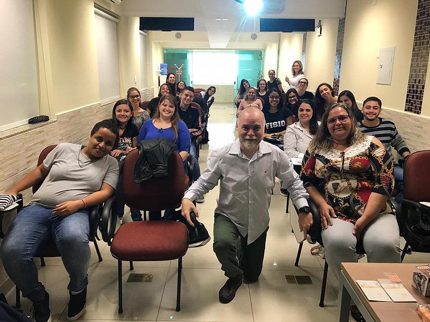 Dumas Belasco e seus alunos do curso de auriculoterapia