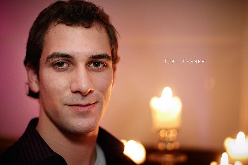 """<p>20-12-2010</p>  <p>Tobias Gerber wuchs im Berner Oberland auf. Nach seiner Ausbildung als G&auml;rtner merkte er, dass er seine Hobbies Klavier spielen und Tanzen zum Beruf machen will und besuchte zwischen 2007 und 2010 die Swiss Musical Academy in Bern.<br /> <br /> Bereits w&auml;hrend dem Studium spielte er unter anderem in &laquo;Joseph and the Amazing Technicolor Dreamcoat&raquo; den &ldquo;Benjam&rdquo; oder auf der Thuner Seeb&uuml;hne als Apostel-Cover in &laquo;Jesus Christ Superstar&raquo;.<br /> <br /> Tobi konnte in diesem Jahr bereits von seinem Job als Musicaldarsteller leben. So war er von M&auml;rz bis November 2010 in &laquo;<span style=""""text-decoration:underline""""><a href=""""https://www.aisen.ch/blog/die-patienten"""">die Patienten</a></span>&raquo; im Ensemble fest engagiert und bei &laquo;<span style=""""text-decoration:underline;""""><a href=""""https://www.aisen.ch/blog/bis-zum-scheiterhaufen-schweizer-premiere-in-pratteln"""">bis zum Scheiterhaufen</a></span>&raquo; konnte er bei einem nicht ganz allt&auml;glichen St&uuml;ck eine Hauptrolle spielen. Obiges Foto entstand bei seinem Auftritt im Musigbistrot bei &laquo;<span style=""""text-decoration:underline""""><a href=""""https://www.aisen.ch/blog/musical-mondays-in-bern"""">Musical Monday</a></span>&raquo; kurz vor Weihnachten bei Kerzenlicht. Ab April 2011 kann man ihn im Theater am Hechtplatz in Z&uuml;rich sehen.</p>"""