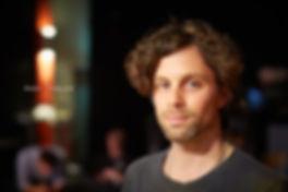 <p>10-04-2013</p>  <p>Andy Tobler ist in und um Basel aufgewachsen und lebte zeitweise in Texas. Als Regieassistent am Stadttheater Bern inszenierte er die Schweizer Erstauff&uuml;hrungen von &laquo;Welche Droge passt zu mir? &ndash; Eine Einf&uuml;hrung&raquo; von Kai Hensel und &laquo;Ein bisschen Ruhe vor dem Sturm&raquo; von Theresia Walser. Seit 2010 inszeniert als freischaffender Regisseur St&uuml;cke in Deutsch und Englisch, wie &laquo;Doubt&raquo; von John Patrick Shanley, &laquo;Der Kontrabass&raquo; von Patrick S&uuml;skind oder &laquo;Heute Abend: Lola Blau&raquo; von Georg Kreisler. Daneben arbeitet er als Theaterp&auml;dagoge und entwickelt f&uuml;r das Stadttheater Bern mit Klassen und Jugendclubs theatrale Projekte.<br /> <br /> Andy Tobler wurde als bester Regisseur an dem FEATS Theater Wettbewerb in Br&uuml;ssel ausgezeichnet.<br /> <br /> Das obige Portrait entstand w&auml;hrend der Generalprobe zum Musical &laquo;Tommy&raquo; in der Querfeld-Eventhalle in Basel, seinem ersten Musical als Regisseur.</p>