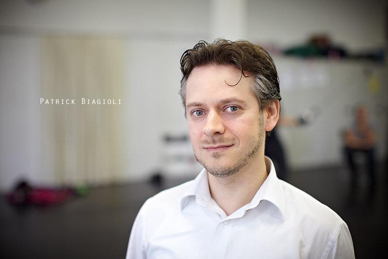 """<p>07-06-2010</p>  <p>Patrick Biagioli ist S&auml;nger, Schauspieler, Regisseur und seit 2006 Schulleiter der StageArt Musical &amp; Theatre School in Adliswil. Den Durchbruch als S&auml;nger schaffte er im Schweizer Musical Space Dream an der Seite von Monica Quinter, mit der er im Sommer 2003 auch auf der Seeb&uuml;hne in Thun stand.</p>  <p><span class=""""wixGuard""""></span></p>"""