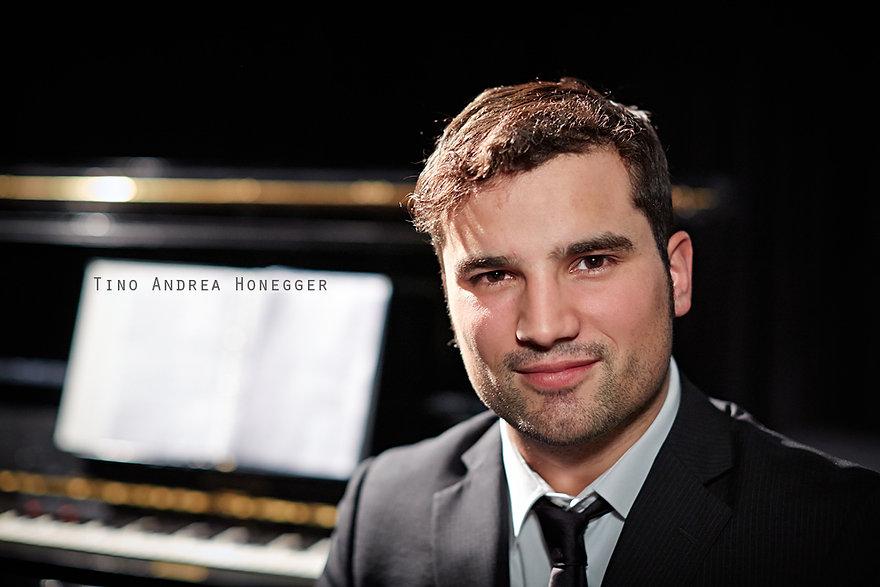 <p>30-03-2013</p>  <p>Tino Andrea Honegger ist aus der schweizer Musicalszene nicht wegzudenken. Als ich eines meiner ersten Musicals fotografierte, &laquo;Joseph and the Amazing Technicolor Dreamcoat&raquo; in Basel, war er als Napthalie mit im Cast. Danach sah man sich immer mal wieder in Produktionen wie &laquo;die Schwarzen Br&uuml;der&raquo;, &laquo;Musical-Meets X-Mas&raquo;, &laquo;Alperose&raquo; und bald nun in &laquo;Spamalot&raquo; am Theater am Hechtplatz. Das Portrait entstand w&auml;hrend den Proben zur Show &laquo;Beziehungsweise&raquo; mit Tino und Lars Redlich in Olten.<br /> <br /> Angefangen hat er seine professionelle Musicalkarriere an der Stage School of Music, Dance and Drama in Hamburg. Schon w&auml;hrend der Ausbildung spielte er Rollen im Theaterst&uuml;ck &laquo;Einer Flog &uuml;bers Kuckucksnest&raquo;, die Hauptrolle &bdquo;Seymour&ldquo; im Kult-Musical &laquo;Der Kleine Horrorladen&raquo; und im Musical &laquo;Johnny Johnson&raquo; den &bdquo;Privat Fairfax&ldquo; und &bdquo;Bruder William&ldquo;. Daneben ist er erfolgreich in Deutschland und hat dort Auftritte in Produktionen wie &laquo;Grease&raquo;, &laquo;My Fair Lady&raquo;, als Frank&rsquo;N&rsquo;Furter in der &laquo;Rocky Horror Picture Show&raquo; und f&uuml;hrte unter anderem auch Regie bei &laquo;Aida&raquo; (Elton John/Tim Rice).</p>