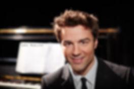 <p>30-03-2013</p>  <p>Der geb&uuml;rtige Berliner studierte nach seinem Abitur zun&auml;chst Musik und Sport, um Gymnasiallehrer zu werden. 2004 nahm er an dem Auswahlverfahren f&uuml;r ein Studium an der Universit&auml;t der K&uuml;nste Berlin teil, liess sich hier in Schauspiel, Gesang und Tanz ausbilden und schloss 2008 mit seiner eigenen One-Man-Show &laquo;Berlin&raquo; mit Auszeichnung ab.<br /> <br /> Nach seinem Diplom folgten diverse Rollen in Musicals, unter anderen in &laquo;Mamma Mia!&raquo;, &laquo;Hairspray&raquo;, &laquo;Grease&raquo; und der &laquo;Rocky Horror Show&raquo;.<br /> <br /> Seit 2011 tourt Lars mit seinem Soloprogramm &laquo;Lars but not least&raquo;.</p>