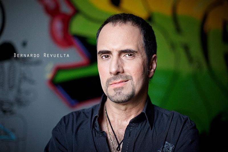 <p>01-07-2010</p>  <p>Das Foto von Bernardo Revuelta entstand an der Generalprobe zu &bdquo;Wie einst Oliver Twist&ldquo;, wo er den Zuh&auml;lter &bdquo;Ronaldo&ldquo; spielt.<br /> <br /> Bernardo Revuelta wurde auf Kuba geboren und absolvierte eine klassische Gesangsausbildung an der Staatsoper von Havanna. Sechs Jahre arbeitete er als S&auml;nger im Ensemble an der Nationaloper und ist nun seit mehr wie 12 Jahren in der Schweiz. Hier machte er seine ersten Musicalerfahrungen im Ensemble von &bdquo;Space Dream&ldquo; und als Solist im Musical &bdquo;Alapilio&ldquo; in der Rolle des &bdquo;Fuego&ldquo;.</p>
