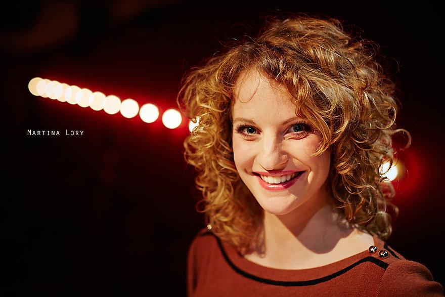 <p>09-04-2013</p>  <p>Martina Lory wurde an der Swiss Musical Academy in Bern in Gesang, Schauspiel und Tanz ausgebildet. 2006 spielte sie unter der Regie von Stefan Huber in Gelsenkirchen in &laquo;Silk Stockings&raquo; und &uuml;bernahm in Mainz die Rolle der Velma Kelly in &laquo;Chicago&raquo;. 2007 spielte sie in der Schweizer Tourneeproduktion &laquo;Lucky Stiff&raquo;, und in den &laquo;Schwarzen Br&uuml;dern&raquo; (Stahlgiesserei Schaffhausen).<br /> Unter der Regie von Dominik Flaschka war sie 2008 am Hechtplatz in &laquo;Elternabend&raquo; zu sehen und spielte von 2008-2012 in Z&uuml;rich und Bern die Sabe in &laquo;Ewigi Liebi&raquo;, auch mit dem &laquo;D&auml;llebach Kari&raquo; war sie in der Figur der Topsy &uuml;ber mehrere Jahre hin besch&auml;ftigt. Im vergangenen Sommer trat sie im Freilichttheater Lueg in &laquo;Der schwarze Hecht&raquo; auf. Lory liebt die Vielfalt ihres Berufes und singt in verschiedenen Musikformationen wie Morgain (Irish Folk), Die Exfreundinnen (Frauentrio mit Anik&oacute; Don&aacute;th und Isabelle Flachsmann) und 007only.<br /> Seit 2011 arbeitet sie an der Hochschule der K&uuml;nste Bern auf den Master in Musikmanagement hin.</p>
