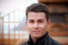 <p>06-08-2010</p>  <p>Janko Danailow ist 29 jahre alt und er lernte schon als vierj&auml;hriger Klavier zu spielen. An der Universit&auml;t der K&uuml;nste in Berlin schloss er im Studiengang Musical mit Diplom im 2004 ab. Ein negatives Erlebnis hatte er in der letzten Spielzeit in Magdeburg am Theater. Dort lief wegen den namhaften Gastdarstellern aus dem Musicalbereich die West Side Story wie geschmiert und vor vollem Haus. Doch das Theater verl&auml;ngerte die Vertr&auml;ge der sechs Gastdarsteller trotz des anhaltenden Erfolges nicht und spielt es mit der Stammbesetzung des Hauses in der kommenden Spielzeit weiter.<br /> <br /> Hier in Walenstadt spielt er Alfredo, den besten Freund von Giorgio. Obwohl er im ersten Akt stirbt, wird es ihm nicht langweilig, den entgegen dem Buch von Lisa Tetzner hat Alfredo im Musical noch zwei Auftritte im zweiten Akt als guter Geist und zeigt Giorgio den Weg in die Freiheit.<br /> <br /> Im Hintergrund des Fotos ist ein Backofen zu erkennen, welcher aus dem B&uuml;hnenboden w&auml;chst und gereinigt werden will.</p>