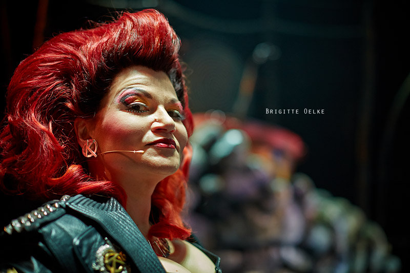 <p>26-02-2013</p>  <p>Brigitte Oelke spielt in Basel bei &quot;We Will Rock You&quot; bis Ende M&auml;rz 2013 die Killerqueen.</p>  <p>&nbsp;</p>  <p>War sie bereits vor sechs Jahren in Z&uuml;rich zum f&uuml;rchten, so scheint sie von Jahr zu Jahr noch b&ouml;sartiger zu werden -zumindest auf der B&uuml;hne- und stimmlich an Power zuzulegen.</p>  <p><br /> Die geb&uuml;rtige Schweizerin beginnt bereits als Kind ihre musikalische Ausbildung bei Prof. Kurt Pahlen und f&uuml;hrt diese in St. Gallen, Bregenz, Wien und den USA fort. Nach Abschluss ihres Studiums an der Stage School of Music, Dance &amp; Drama in Hamburg ist Brigitte fortan auf zahlreichen namhaften B&uuml;hnen zu sehen. Sie spielt die Hexe in Into the Woods in Hamburg und mehrmals die Anita in West Side Story, unter anderem an der Deutschen Oper am Rhein.</p>  <p>&nbsp;</p>  <p>Brigitte ist schon als Teenager treuer Queen-Fan. Sie ist die deutsche Originalbesetzung der Killer Queen im Musical We Will Rock You in K&ouml;ln sowie die Erstbesetzung in Z&uuml;rich, Wien, Stuttgart und Berlin.</p>