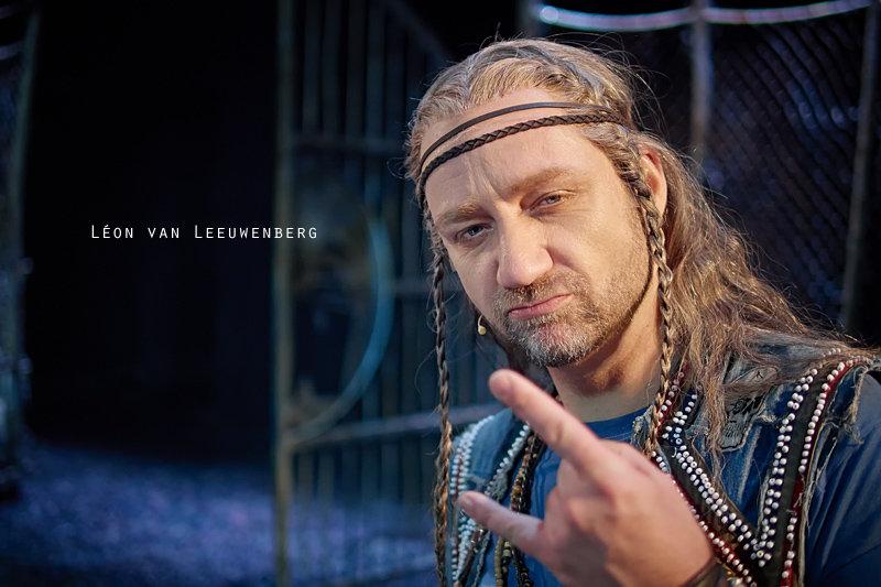 <p>14-12-2012</p>  <p>L&eacute;on van Leeuwenberg spielt in Basel bei &bdquo;We Will Rock You&ldquo; bis Ende M&auml;rz 2013 den Polo.<br /> <br /> Der Holl&auml;nder L&eacute;on van Leeuwenberg studierte Gesang, Gesangsp&auml;dagogik und Schauspiel an der Musikhochschule in Rotterdam. Nach seinem Abschluss spielte er in Disney Die Sch&ouml;ne und das Biest in K&ouml;ln, Elisabeth und Godspell in Wien, Les Mis&eacute;rables in Duisburg, Rocky Horror Show und vielen Produktionen mehr.<br /> <br /> Nach seinen Engagements bei We Will Rock You in K&ouml;ln, Z&uuml;rich und Berlin freut er sich nun sehr, wieder Teil der Cast von We Will Rock You zu sein.</p>