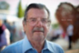 <p>15-07-2010</p>  <p>Walo L&uuml;&ouml;nd sah sich das Musical D&auml;llebach Kari der thunerSeespiele an. 1970 pr&auml;gte er in dem ber&uuml;hmten Schweizer Film, welcher die Grundlage zum Musical ist, die Figur des Kari. Nach der Vorstellung war er mit dem Musical und seinem Nachfolger Hanspeter M&uuml;ller-Drossaart als Kari sichtlich zufrieden.<br /> <br /> Walo L&uuml;&ouml;nd wurde 1927 geboren und hatte 1949 bis 1952 seine ersten Auftritte am Schauspielhaus in Z&uuml;rich, gefolgt von Basel, M&uuml;nchen, Essen und Berlin. Ab 1962 trat er immer wieder in Fernseh- und Filmrollen auf und hatte seine Glanzrollen in &bdquo;D&auml;llebach Kari&ldquo; und in &bdquo;Die Schweizermacher&ldquo;. Letzteres wird im September seine Premiere als Musical erleben.</p>