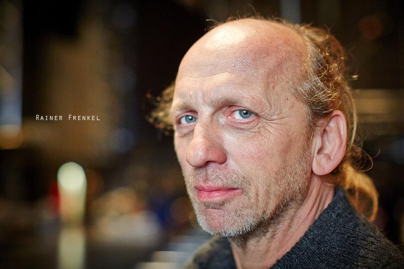 <p>23-11-2012</p>  <p>Rainer Frenkel ist seit 2004 als Technischer Leiter der Produktion von &bdquo;We Will Rock You&ldquo; dabei, also seit das Musical den Sprung von der Insel auf das europ&auml;ische Festland machte. Er ist verantwortlich, dass der Inhalt von 18 Sattelschlepper zur rechten Zeit am rechten Ort ist.<br /> <br /> Im Moment baut er und sein Team das Material im Musical Theater Basel auf, wo WWRY am 14. Dezember 2012 Premi&egrave;re hat. Seine Crew wird innerhalb von 2 Wochen 6 Tonnen Licht-, 17.5 Tonnen Set-, 3 Tonnen Video- und &uuml;ber 3 Tonnen Sound-Equipment verarbeitet haben. Nach Basel wird das ganze Equipment Ende M&auml;rz nach Essen gez&uuml;gelt und dort wieder aufgebaut.<br /> <br /> Bis die B&uuml;hne bespielt wird, werden 5 Kilometer Kabel verlegt sein. Beim Rundgang fallen zwei riesige Diso-Spiegelkugeln auf. Rainer erz&auml;hlt, dass diese von Brian May gew&uuml;nscht wurden und nur gerade eine Minute w&auml;hrend dem Intro im Einsatz sind. Frank erw&auml;hnt auch, dass zum Beispiel die Verst&auml;rker extra von einem Kollegen von Brian May gebaut wurden, damit der typische Queen-Sound auf der B&uuml;hne ert&ouml;nt. Als er das Kost&uuml;m der Killer-Queen (Brigitte Oelke) in die Hand gibt, ist man &uuml;ber dessen Gewicht erstaunt. Die ganze Garderobe der Killer-Queen kostet 20&rsquo;000 Euro, sind es doch alles auf die S&auml;ngerin zugeschnittene Kost&uuml;me in teilweise speziellem Stoff.</p>