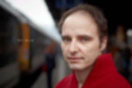<p>27-01-2011</p>  <p>Nic Aklin ist in der Schweiz und in Frankreich aufgewachsen. Vielen ist Nic Aklin als Fernsehkoch bekannt. In dieser Funktion war er in der Schweiz, Deutschland und Frankreich bei diversen Sendern unterwegs. Nach diversen Stationen in der Schweiz und im Ausland, hat sich Nic Aklin seiner grossen Leidenschaft gewidmet: der Schauspielerei. Nach ihm brauchen beide Berufe Feingef&uuml;hl und Kreativit&auml;t. Nach der Ausbildung zum Filmschauspieler an der Film- und Fernsehschauspielschule EFAS in Z&uuml;rich spielte er in diversen Filmen und Theaterproduktionen mit.<br /> <br /> Bei der Schweizer Erstauff&uuml;hrung von &laquo;Gr&uuml;ne Organe&raquo; im Palazzo in Liestal spielt er den Sonderling Elias. Daneben steht er bei der Helmut F&ouml;rnbacher Theater Company in der Produktion &laquo;Ladies Night&raquo; (The Full Monty) und &laquo;Sechs Tanzstunden in sechs Wochen&raquo; auf der B&uuml;hne.</p>