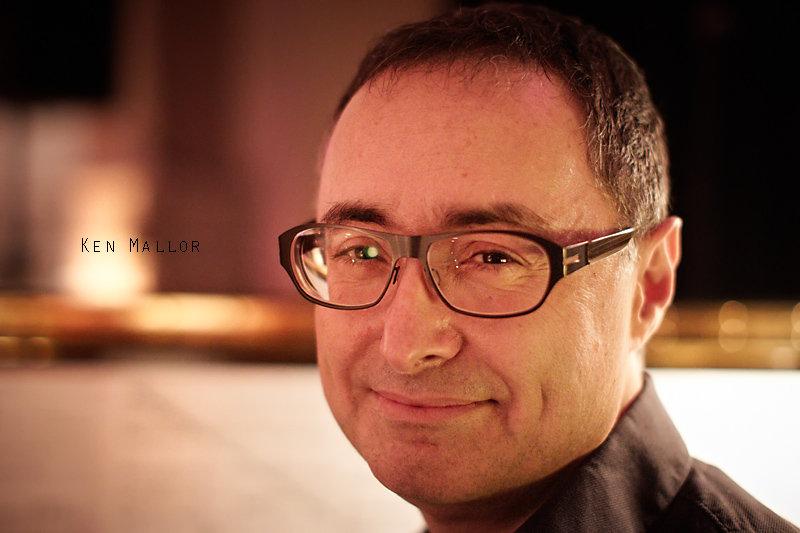 <p>20-12-2010</p>  <p>Ken Mallor ist ausgebildeter Pianist und erhielt sein Bachelor und Master of Music von der Juilliard School in New York.<br /> <br /> Durch seine T&auml;tigkit als Lehrer an der Swiss Musical Academy kennt er fast jeden im Schweizer Musicalbereich. Was also lag n&auml;her nach der Schliessung der Schule, den Darstellern eine B&uuml;hne zur Pr&auml;sentation zu geben. Vor acht Wochen rief er die Veranstaltung &laquo;Musical Monday&rsquo;s&raquo; ins Leben. Dort singen Musicaldarsteller in einem gem&uuml;tlichen Bistroambiente mit ihm als Begleitung am Klavier und zeigen, das Musical sehr vielseitig und nicht nur nach Andrew Lloyd Webber t&ouml;nen muss.<br /> <br /> Beim Fotografieren merkt man, dass Ken nicht gerne im Rampenlicht steht und so erstaunt es nicht, dass sein Klavier im dunkelsten Ecken des Bistros steht, wo dieses Foto entstand.</p>