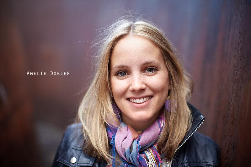 <p>31-08-2010</p>  <p>Amelie Dobler spielt die Bella in &laquo;die Sch&ouml;ne und das Biest&raquo;. Da ihr Freund in Basel wohnt, ist sie auch mal hier anzutreffen und das untenstehende Interview entstand nach ihrem Auftritt im Musical-Theater Basel und im r&ouml;mischen Amphitheater in Xanten Ende August. Was leider in einem schriftlichen Interview nicht r&uuml;ber kommt ist das Lachen und die Fr&ouml;hlichkeit von Amelie, welches sie trotz der beim Openair geholten Erk&auml;ltung verbreitet.<br /> <br /> Im Moment hat sie bis Anfang Oktober Pause. Danach wird sie die Tour von &laquo;die Sch&ouml;ne und das Biest&raquo; noch bis Ende Januar 2011 kreuz und quer durch Deutschland und die Schweiz bringen. Danach nimmt sie das Musical-Studium in Wien wieder auf.<br /> <br /> Das Foto enstand auf dem Theaterplatz Basel vor der Plastik &laquo;Intersection&raquo; von Richard Serra.</p>