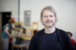 <p>07-06-2010</p>  <p>Peter Niklaus Steiner ist Dozent an der StageArt Musical &amp; Theatre School in Adliswil. Das Bild entstand im Schulungsraum nach dem Interview mit Daniel Fischer f&uuml;r imScheinwerfer.<br /> Peter Niklaus Steiner wurde 1960 in Winterthur geboren und absolvierte in Z&uuml;rich die Schauspiel Akademie. Nach diversen Engagements in Stadttheatern in Deutschland geh&ouml;rte er w&auml;hrend dreizehn Jahren zum Ensemble des Schauspielhauses Z&uuml;rich. Seit 2003 arbeitet er nun in der freien Theaterszene und gibt Theaterkurse und Schauspielunterricht.</p>
