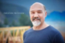 <p>06-08-2010</p>  <p>Christoph Wettstein d&uuml;rfte jedem Schweizer als Dan&uuml; bekannt sein. In dieser Rolle wird er bis Ende Jahr &uuml;ber 500 mal auf der B&uuml;hne gestanden sein. Nach Walenstadt, wo obiges Foto entstanden ist, gehts wieder los mit Proben in Bern zu Ewigi Liebi.<br /> <br /> Bei den Schwarzen Br&uuml;dern spielt er den Dr. Casella. Hier hat er im ersten Akt ziemlich Pausen. Als ich ihn fragte, ob er auch Gem&auml;lde wie Helmi (Mutter Martha) malt, lachte er und meint, es lohnt nicht denn der Regen w&uuml;rde daraus eine Farbsauce machen.<br /> <br /> Und nein, er sei nicht mit Christa Wettstein verwandt welche gerade in Thun auf der B&uuml;hne steht. Naja, zumindest nicht direkt, irgendwo in der Vergangenheit gibt es doch eine Verkn&uuml;pfung.<br /> <br /> Er hat viele Jahre in Deutschland an Theaterh&auml;usern gearbeitet. Er meint, ein Schauspieler m&uuml;sse aus dem Bauch heraus spielen. Und dies geht nur, wenn er die Sprache nicht als Fremdsprache empfindet, darum ist er als Schweizer zuerst nach Deutschland gegangen.<br /> <br /> Ihm gef&auml;llt aber, das langsam die Schweizer Musicalszene aus dem Schlaf erwacht und sich an eigene Dialektst&uuml;cke wagt und anscheinend auch den Nerv der Zuschauer damit trifft. Wenn nur der Schweizer Film dies auch schaffen w&uuml;rde&hellip;</p>
