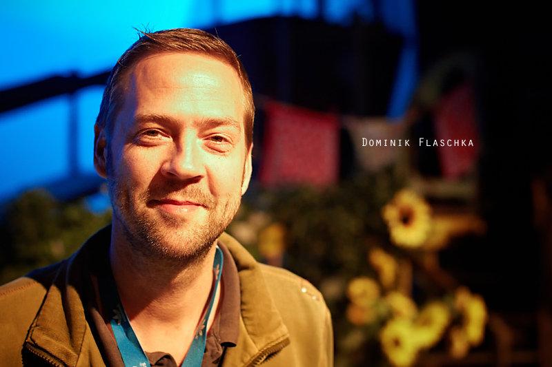 <p>31-10-2010</p>  <p>Wer in der Schweiz &uuml;ber Musical schreibt oder Musicals fotografiert, st&ouml;sst unweigerlich auf den Namen Domink Flaschka. Selbst bei der Produktion wie &laquo;Der kleine Horrorladen&raquo; im Le Th&eacute;&acirc;tre in Kriens taucht sein Name auf, war doch die dortige Kulisse aus seiner Produktion vom Theater am Hechtplatz.<br /> <br /> Er schreibt, bearbeitet, f&uuml;hrt Regie und spielt auch ab und an in St&uuml;cken. Seine Ausbildung machte er an der Schauspiel Akademie in Z&uuml;rich und spielte unter anderem in Ulm, Luzern, Basel und Z&uuml;rich. 1995 gr&uuml;ndet er die Shake Musical Company, welche unter anderem &laquo;Lollipop&raquo;, &laquo;Sekret&auml;rinnen&raquo;, &laquo;Bye Bye Bar&raquo; und &laquo;Happy End&raquo; folgten. Heute ist Dominik Flaschka Direktor im Theater am Hechtplatz.<br /> <br /> Sein wohl bekanntestes Musical, welches er als Regisseur in Szene setzte und als Co-Autor mitschrieb, ist &laquo;Ewigi Liebi&raquo;. Bis jetzt sahen es 450&rsquo;000 Zuschauer in der Maag MusicHall in Z&uuml;rich. Nun ist es nach Bern gezogen.<br /> <br /> So zahlreich die Artikel &uuml;ber seine Produktionen imScheinwerfer schon sind, zu einem Foto hat es bisher nicht gereicht. Auch die M&ouml;glichkeit am Rande der Premiere der thunerSeespiele zu &laquo;D&auml;llebach Kari&raquo; fiel sprichw&ouml;rtlich ins Wasser. Nun hat es zwischen Preview und Probenbesprechung am neuen Spielort Wankdorf City in den Kulissen von Ewigi Liebi geklappt. Der Bericht zur Premiere kommt demn&auml;chst. Kaum l&auml;uft die einte Produktion an wird bereits an der Umsetzung von Avenue Q im Theater St. Gallen gearbeitet.</p>