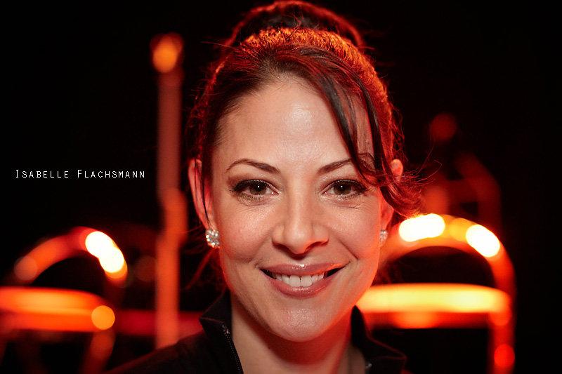 <p>11-12-2010</p>  <p>Isabelle Flachsmann ist Schauspielerin, S&auml;ngerin, T&auml;nzerin und eine der wenigen MusicaldarstellerInnen, welche einem breiten Publikum in der Schweiz bekannt sind. Sie gibt sich aber alles andere wie divenhaft und beantwortet selbst die hundertste Frage der Kinder bei &laquo;Joseph And The Amazing Technicolor Dreamcoat&raquo; geduldig und mit Humor.<br /> <br /> Sie absolvierte ihre Ausbildung in New York und stand unter anderem am Broadway im Musical &laquo;42nd Street&raquo; und in der ber&uuml;hmten &laquo;Radio City Music Hall&raquo; in New York auf der B&uuml;hne. In Deutschland war sie unter anderem in den Musicals &laquo;Saturday Night Fever&raquo;, &laquo;Starlight Express&raquo; und &laquo;Keep Cool&raquo; sowie der Rockoper &laquo;Tommy&raquo; von The Who zu sehen.<br /> <br /> Es w&uuml;rde zu weit f&uuml;hren, w&uuml;rde man alle ihre Auftritte, Choreografien und Filme in der Schweiz aufz&auml;hlen, bei denen sie mitwirkte. Bei &laquo;die Patienten&raquo; schrieb sie an der Geschichte mit und spielte die Hauptrolle, fiel in den letzten Vorstellungen in Basel aber leider aus gesundheitlichen Gr&uuml;nden aus. Obiges Foto entstand vor der B&uuml;hne in der Sch&uuml;tzi in Olten, wo sie an der Musik-Gala &laquo;Musical meets X-Mas&raquo; auftrat. Ihr n&auml;chstes Engagement ist in &laquo;Gut gegen Nordwind&raquo; in Seeb.</p>