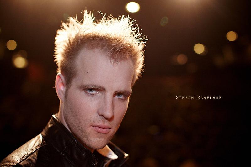 <p>09-11-2010</p>  <p>Stefan Raaflaub spielt im Le Th&eacute;&acirc;tre in Kriens den Kenickie Preston im Musical Grease. In der Rolle ist er den zweiten Mann in der Burger-Palace-Boys-Gang hinter Danny und ist dabei ungehobelt und ganz Macho.<br /> <br /> Neben der B&uuml;hne stellt sich heraus, das Stefan sehr Vielseitig ist und neben Musical auch noch als Choreograph bei Projekten mit Jugendlichen oder als S&auml;nger bei &laquo;Neue Deutsche Klassik&raquo; mitmacht. Also alles andere als ein ungehobelter Macho, welcher nur Autos im Kopf hat.<br /> <br /> Sein Handwerk als Musicaldarsteller erlernte er an der Joop van den Ende Academy in Hamburg. Zuvor war er unter anderem Mitglied bei der Basler A-capella-Gruppe The Glue.</p>