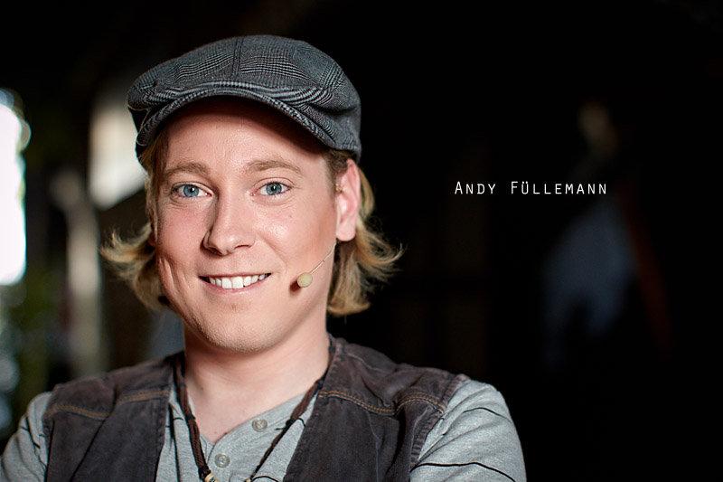 <p>01-07-2010</p>  <p>Andy F&uuml;llemann spielt im St&uuml;ck &bdquo;Wie einst Oliver Twist&ldquo; in Stein die Hauptrolle. Das Foto entstand w&auml;hrend der Generalprobe und trotz der merklich angespannten Atmosph&auml;re 15 Minuten vor dem Auftritt hatte er kurz Zeit f&uuml;r das Portrait.<br /> <br /> Andy F&uuml;llemann spielt Klavier, singt und tanzt. Er hat das Musical Extension Programm der Tanz-Theater-Schule Z&uuml;rich sowie eine einj&auml;hrige Hip-Hop-Ausbildung absolviert. In den Musicals Space Dream Saga 3, Alapilio und Koboldk&ouml;nig hat er im Ensemble mitgewirkt. Die Rolle des Oliver Twist ist seine erste Erfahrung als Solist.</p>