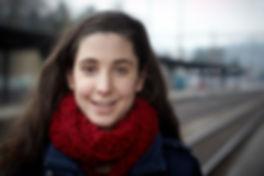 <p>27-01-2011</p>  <p>Dominique L&uuml;di ist Schauspielerin und lebt in Basel. Sie verk&ouml;rpert auf der B&uuml;hne des Theater Palazzo bei dem St&uuml;ck &laquo;Gr&uuml;ne Organe&raquo; Veza, die aufopfernde und von einem Burn-Out gezeichnete Tochter einer tyrannischen Mutter, welche auf eine Spenderniere wartet. Das St&uuml;ck spielt am Bahnhof, was liegt also n&auml;her als das obiges Foto auf dem Bahngeleise zu machen.<br /> <br /> Neben der B&uuml;hne ist sie aufgestellt und fr&ouml;hlich und l&auml;sst nicht vermuten, dass sie selber &sbquo;gestresste&lsquo; Mutter eines kleinen Sohnes ist. Sie ist Ensemblemitglied bei &laquo;Shakespeare und Partner&raquo; und dort im gesamten deutschsprachigen Raum unterwegs. Sie ist sicherlich froh, mit &laquo;Gr&uuml;ne Organe&raquo; f&uuml;r einmal nahe ihres Wohnortes zu spielen.</p>