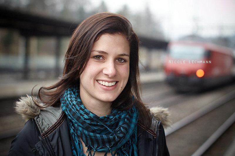 <p>27-01-2011</p>  <p>Nicole Lechmann spielt in &laquo;Gr&uuml;ne Organe&raquo; die Nudera. Dabei wandelt sie sich von der Strasseng&ouml;re am Bahnhof zur Prostituierten und schlussendlich Schwangeren. Sie ist extrem wandlungsf&auml;hig und wer im Internet nach Fotos von ihr sucht wird kaum zwei &Auml;hnliche finden. Obiges Foto entstand nach der Hauptprobe. Als sie sich wunderte, warum gleich nach dem ersten Versuch das Foto OK sei, musste sie ab der Antwort lachen, dass wenn der Hintergrund stimmt es eben schnell geht. Naja, die Meinung war, der Vordergrund ist fotogen und da braucht es eben nur noch einen Zug im Hintergrund und das Foto ist perfekt.</p>