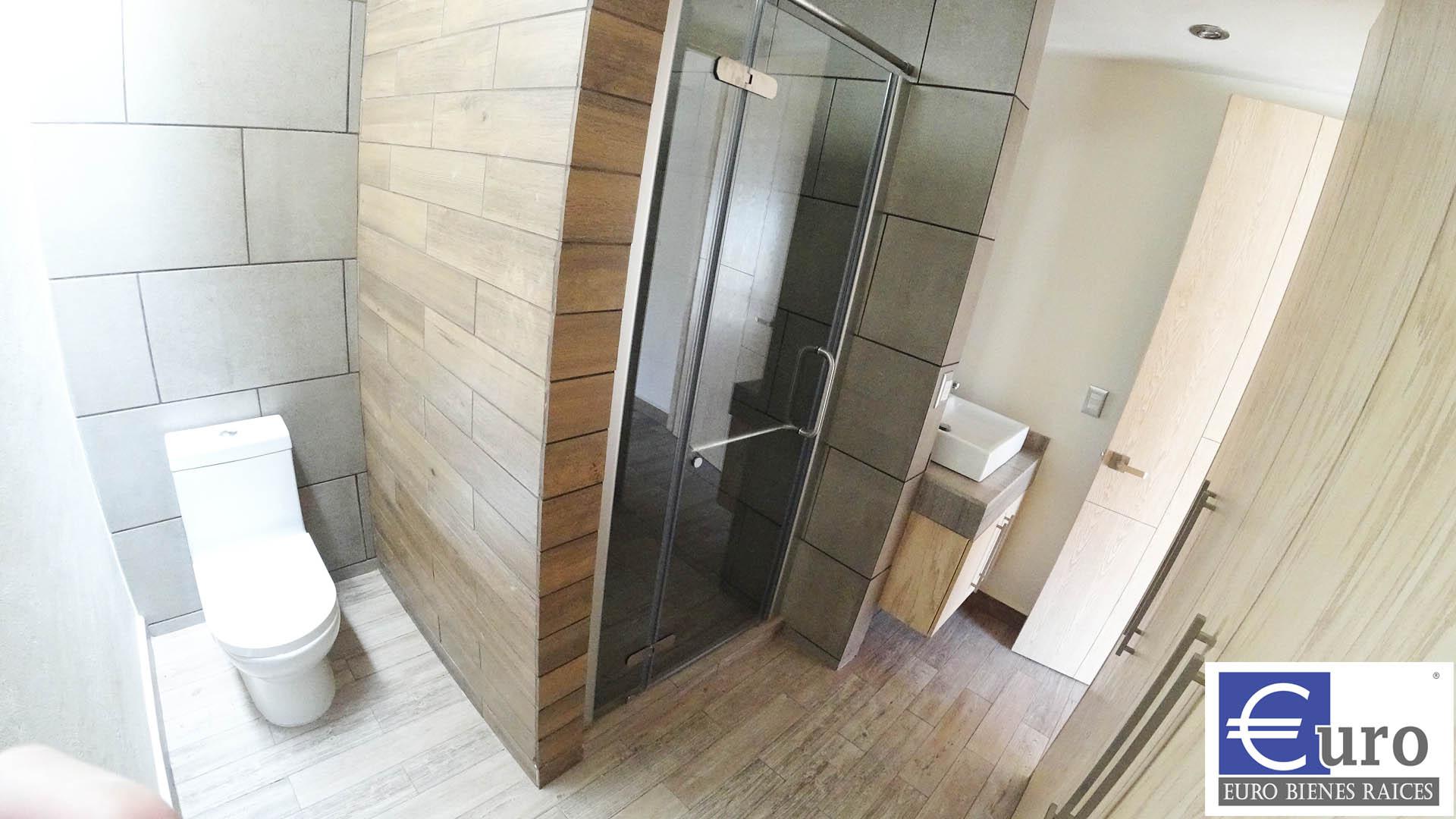Baño principal con vestidor
