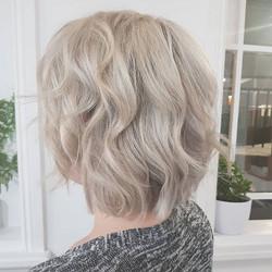 Short texture bob 👌, with creamy  blonde foils ✅ ._._