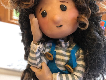 New video in Spanish for children/Introducing the new characters/The girl with curly hair