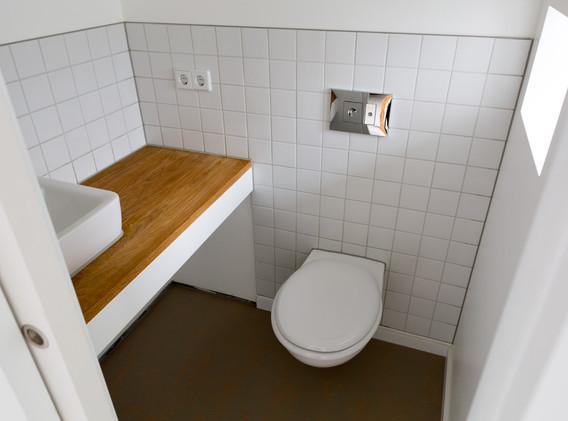 tiny Dach Holz im Bad.jpg