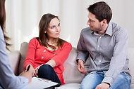 Mieuxetheureux.com - Thérapie de couple. Homme et femme en thérapie.