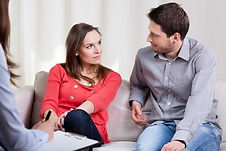 Mieuxetheureux.com - Séance d'hypnose - Femme allongée pendant séance d'hypnose. Homme hypnothérapeute.