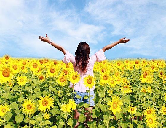 Découvrez comment être mieux et heureux ! Femme heureuse champs de tournesol.