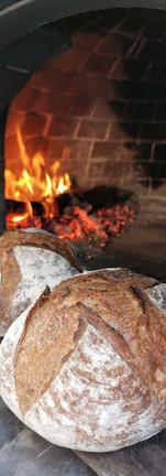 Nuestro pan artesanal, siempre horneado a la leña
