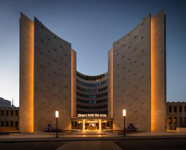 Architekturfotografie Köln Mario Brand-25Hours Hotel im Gerling-Quartier in der Dämmerung
