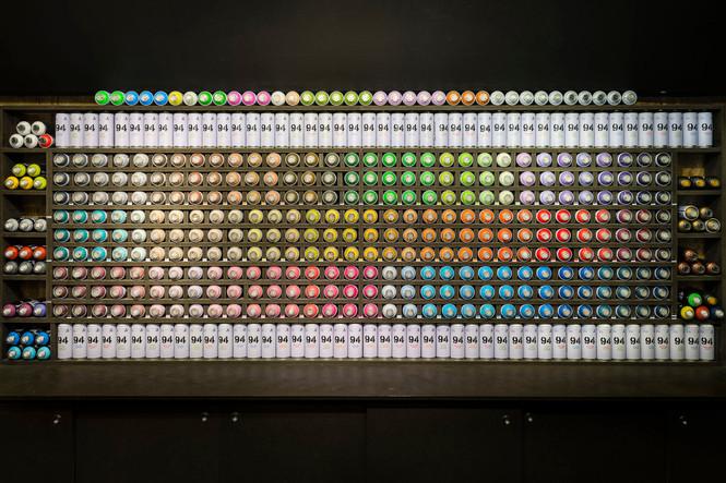 Architekturfotografie Bielefeld-Mario Brand-Detail Regal mit Sprühdosen im Ozone Store