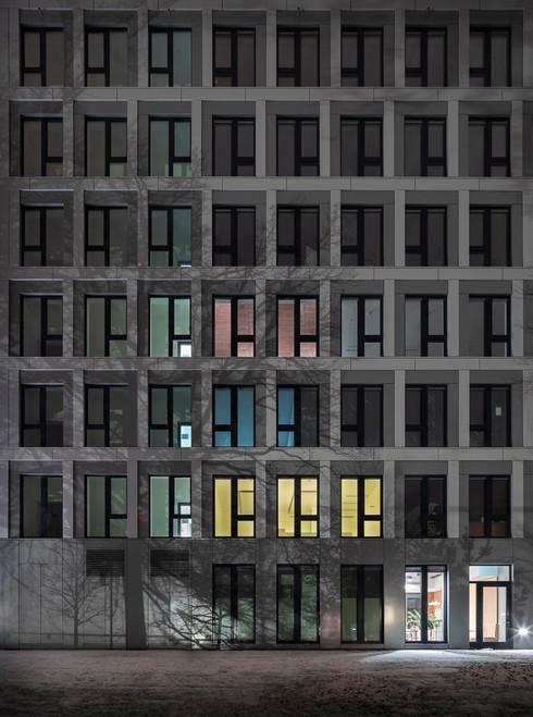 Architekturfotografie Frankfurt-Mario Brand-Fassade des Lindberghs Office in den Gateway Gardens in der Nacht