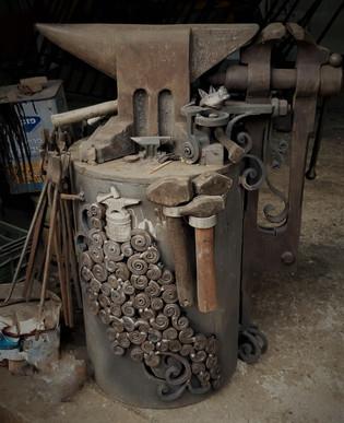 סדן ומלחציים ברזל עתיקים