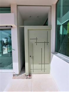 דלת מעוצבת מהודרת לבית יפיאל  גוון בהיר.