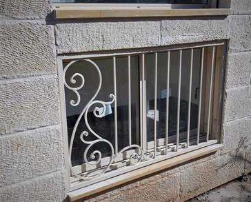 סורג חלון קטן צבע לבן ברזל יפיאל.jpeg