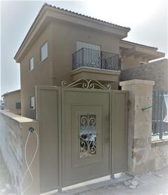 דלת כניסה לחוץ לשטח חצר בית פרטי דלת שער