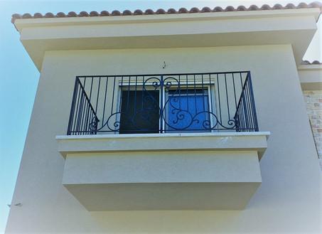 מעקה שחור משולב עיטרים ותקני חמרפסת חדר